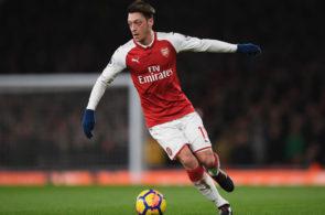 Alan Smith siger, at Mesut Özil har en kuglepen tæt inde på kroppen til at signe en ny kontrakt med sin nuværende klub Arsenal