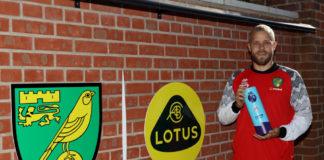 Teemu Pukki modtager prisen for månedens spiller i Premier League