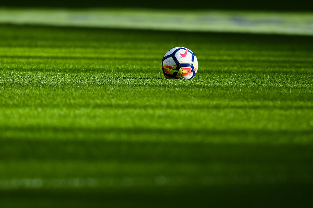 Football: Natural grass vs. artificial grass