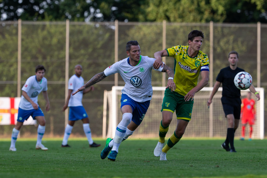 BARSINGHAUSEN, GERMANY - JULY 19: Daniel Ginczek of Wolfsburg (L) and Timm Klose of Norwich City battles for the ball during the pre-season friendly match between VfL Wolfsburg and Norwich City at August-Wenzel-Stadium on July 19, 2018 in Barsinghausen, Germany. (Photo by Cathrin Mueller/Bongarts/Getty Images)