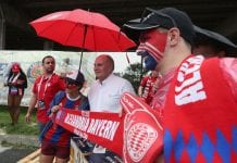 PHILADELPHIA, PA - JULY 25: President of FC Bayern Muenchn Uli Hoeness (2ndL) poses with FC Bayern fans ahead of the International Champions Cup match between Juventus Turin and FC Bayern Muenchen at Lincoln Financial Field on July 25, 2018 in Philadelphia, Pennsylvania. (Photo by Alexandra Beier/Bongarts/Getty Images)