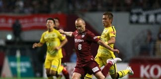 KOBE, JAPAN - JULY 28: (EDITORIAL USE ONLY) Andres Iniesta of Vissel Kobe and Ryuta Koike of Kashiwa Reysol compete for the ball during the J.League J1 match between Vissel Kobe and Kashiwa Reysol at Noevir Stadium Kobe on July 28, 2018 in Kobe, Hyogo, Japan. (Photo by Buddhika Weerasinghe/Getty Images)