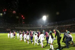 ASUNCION, PARAGUAY - AUGUST 09: Players of Cerro Porteño and Palmeiras get in the field prior a round of sixteen match between Cerro Porteno and Palmeiras as part of Copa CONMEBOL Libertadores 2018 at General Pablo Rojas Stadium on August 9, 2018 in Asuncion, Paraguay. (Photo by Luis Vera/Getty Images)