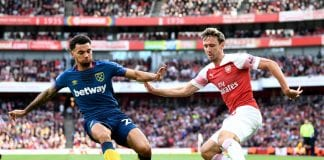LONDON, ENGLAND - AUGUST 25: Ryan Fredericks of West Ham United and Nacho Monreal of Arsenal battle for the ball during the Premier League match between Arsenal FC and West Ham United at Emirates Stadium on August 25, 2018 in London, United Kingdom. (Photo by Clive Mason/Getty Images)