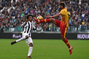 TURIN, ITALY - NOVEMBER 05: Juan Cuadrado (L) of Juventus and Achraf Lazaar of Benevento compete for the ball during the Serie A match between Juventus and Benevento Calcio on November 5, 2017 in Turin, Italy. (Photo by Tullio M. Puglia/Getty Images)