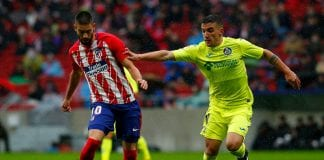 MADRID, SPAIN - JANUARY 06: Yannick Carrasco (L) of Atletico de Madrid competes for the ball with Mauro Arambarri (R) of Getafe CF during the La Liga match between Club Atletico Madrid and Getafe CF at Estadio Wanda Metropolitano on January 6, 2018 in Madrid, Spain. (Photo by Gonzalo Arroyo Moreno/Getty Images)