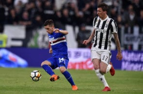 TURIN, ITALY - APRIL 15: Lucas Torreira (L) of Sampdoria holds off the challenge fron Mario Mandzukic of Juventus during the serie A match between Juventus and UC Sampdoria at Allianz Stadium on April 15, 2018 in Turin, Italy. (Photo by Tullio M. Puglia/Getty Images)