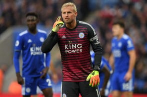 LEICESTER, ENGLAND - OCTOBER 06: Kasper Schmeichel of Leicester City talks to his defence during the Premier League match between Leicester City and Everton FC at The King Power Stadium on October 06, 2018 in Leicester, United Kingdom. (Photo by Shaun Botterill/Getty Images)