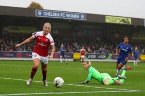 KINGSTON UPON THAMES, ENGLAND - OCTOBER 14: Beth Mead of Arsenal rounds goalkeeper Carly Telford of Chelsea during the FA WSL match between Chelsea Women and Arsenal at The Cherry Red Records Stadium on October 14, 2018 in Kingston upon Thames, England. (Photo by Catherine Ivill/Getty Images)