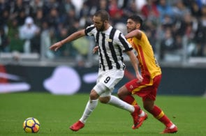 TURIN, ITALY - NOVEMBER 05: Gonzalo Higuain (L) of Juventus is challenged by Achraf Lazaar of Benevento during the Serie A match between Juventus and Benevento Calcio on November 5, 2017 in Turin, Italy. (Photo by Tullio M. Puglia/Getty Images)