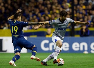 BUENOS AIRES, ARGENTINA - SEPTEMBER 19: Lucas Silva of Cruzeiro fights for the ball with Mauro Zarate of Boca Juniors during a Quarter Final first leg match between Boca Juniors and Cruzeiro at Alberto J. Armando Stadium on September 19, 2018 in La Boca, Argentina. (Photo by Demian Alday/Getty Images)