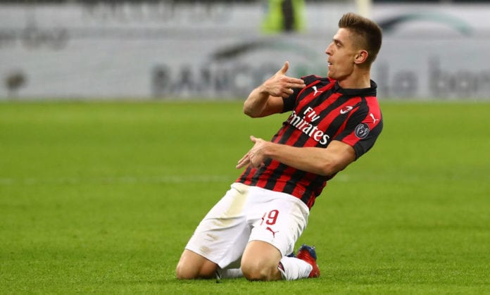 MILAN, ITALY - JANUARY 29: Krzysztof Piatek (R) of AC Milan celebrates his second goal during the Coppa Italia match between AC Milan and SSC Napoli at Stadio Giuseppe Meazza on January 29, 2019 in Milan, Italy. (Photo by Marco Luzzani/Getty Images)
