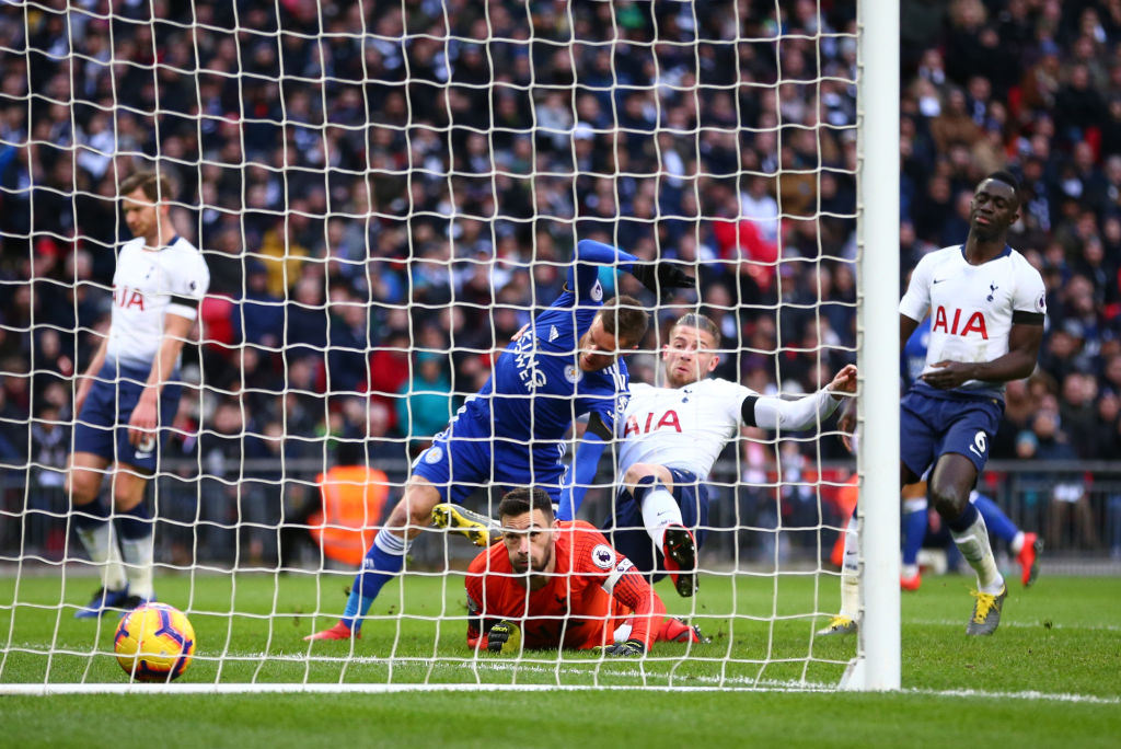 LONDON, ENGLAND - FEBRUARY 10: Jamie Vardy of Leicester City scores his team's first goal past Hugo Lloris of Tottenham Hotspur as he is challenged by Toby Alderweireld of Tottenham Hotspur during the Premier League match between Tottenham Hotspur and Leicester City at Wembley Stadium on February 10, 2019 in London, United Kingdom. (Photo by Dan Istitene/Getty Images)