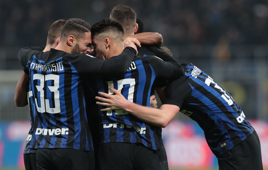 MILAN, ITALY - FEBRUARY 17: Radja Nainggolan of FC Internazionale celebrates his goal with his team-mates during the Serie A match between FC Internazionale and UC Sampdoria at Stadio Giuseppe Meazza on February 17, 2019 in Milan, Italy. (Photo by Emilio Andreoli/Getty Images)