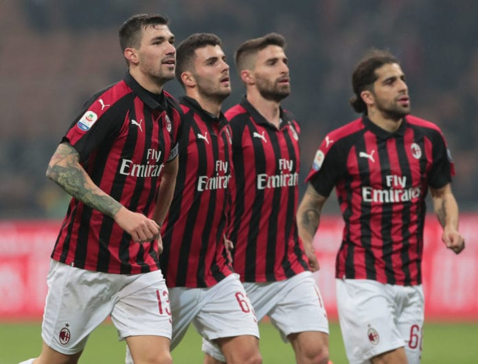 MILAN, ITALY - FEBRUARY 22: Alessio Romagnoli (L) of AC Milan celebrates the victory with his team-mates at the end of the Serie A match between AC Milan and Empoli at Stadio Giuseppe Meazza on February 22, 2019 in Milan, Italy. (Photo by Emilio Andreoli/Getty Images)