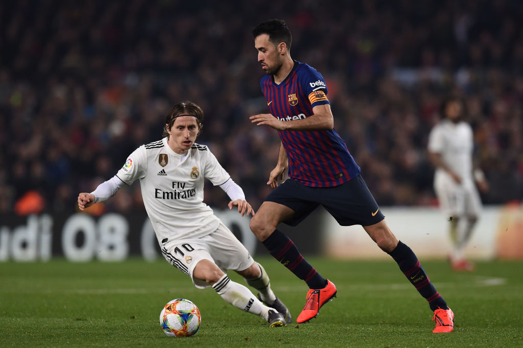 BARCELONA, SPAIN - FEBRUARY 06: Sergio Busquets of FC Barcelona competes for the ball with Luka Modric of Real Madrid CF during the Copa del Semi Final first leg match between Barcelona and Real Madrid at Nou Camp on February 06, 2019 in Barcelona, Spain. (Photo by Alex Caparros/Getty Images)