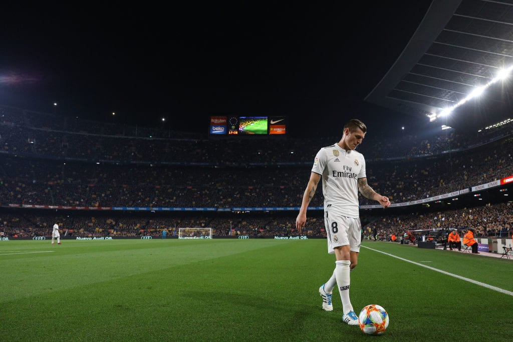 BARCELONA, SPAIN - FEBRUARY 06: Toni Kroos of Real Madrid CF looks on during the Copa del Semi Final first leg match between Barcelona and Real Madrid at Nou Camp on February 06, 2019 in Barcelona, Spain. (Photo by Angel Martinez/Getty Images)