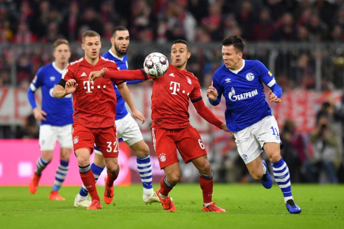 MUNICH, GERMANY - FEBRUARY 09: Thiago Alcantara (l) of Bayern Munich and Yevhen Konoplyanka of Schalke compete for the ball during the Bundesliga match between FC Bayern Muenchen and FC Schalke 04 at Allianz Arena on February 09, 2019 in Munich, Germany. (Photo by Sebastian Widmann/Bongarts/Getty Images)