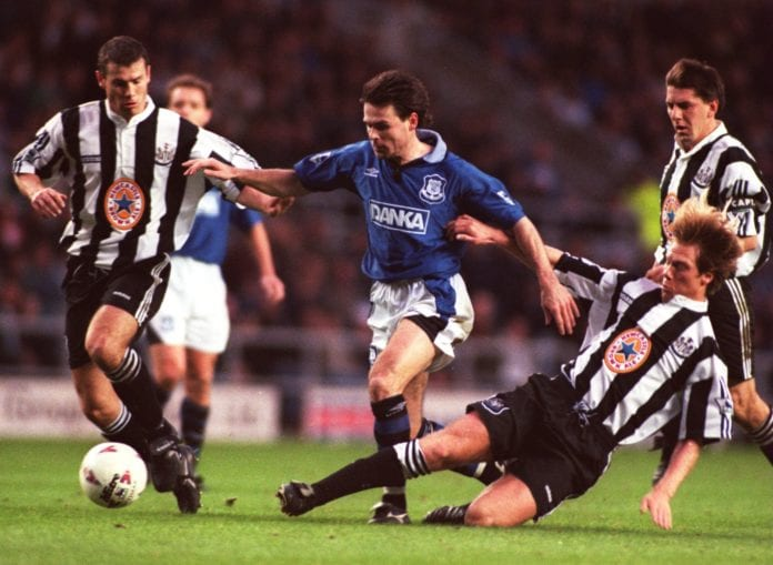 17 DEC 1995: ANDERS LIMPAR OF EVERTON BATTLES THROUGH THE NEWCASTLE DEFENCEDURING THE PREMIER LEAGUE GAME BETWEEN NEWCASTLE AND EVERTON PLAYED AT ST JAMES PARK. THE FINAL SCORE NEWCASTLE 1 EVERTON 0. Mandatory Credit: Allsport/ALLSPORT
