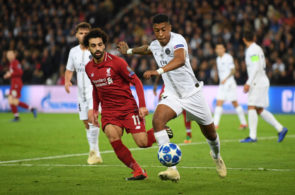 PARIS, FRANCE - NOVEMBER 28: Presnel Kimpembe of Paris Saint-Germain clears the ball past Mohamed Salah of Liverpool during the UEFA Champions League Group C match between Paris Saint-Germain and Liverpool at Parc des Princes on November 28, 2018 in Paris, France. (Photo by Shaun Botterill/Getty Images)