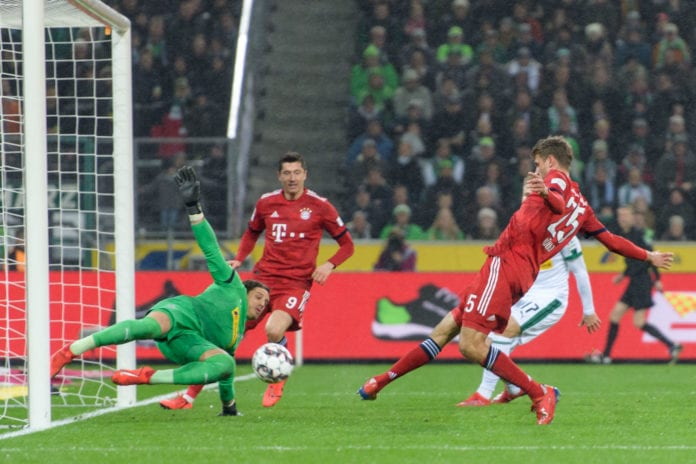 MOENCHENGLADBACH, GERMANY - MARCH 02: Thomas Mueller of Munich scores the goal for the 0-2 lead against Yann Sommer during the Bundesliga match between Borussia Moenchengladbach and FC Bayern Muenchen at Borussia-Park on March 2, 2019 in Moenchengladbach, Germany. (Photo by Jörg Schüler/Bongarts/Getty Images)