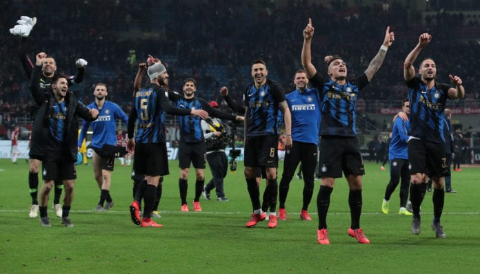 MILAN, ITALY - MARCH 17: FC Internazionale players celebrate the victory at the end of the Serie A match between AC Milan and FC Internazionale at Stadio Giuseppe Meazza on March 17, 2019 in Milan, Italy. (Photo by Emilio Andreoli/Getty Images)