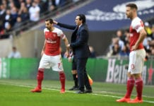 LONDON, ENGLAND - MARCH 02: Unai Emery, Manager of Arsenal talks to Henrikh Mkhitaryan of Arsenal during the Premier League match between Tottenham Hotspur and Arsenal FC at Wembley Stadium on March 02, 2019 in London, United Kingdom. (Photo by Michael Regan/Getty Images)