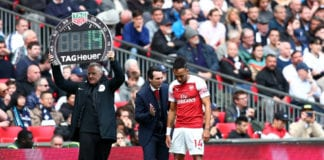 LONDON, ENGLAND - MARCH 02: Unai Emery, Manager of Arsenal talks to Pierre-Emerick Aubameyang of Arsenal before he is substituted on during the Premier League match between Tottenham Hotspur and Arsenal FC at Wembley Stadium on March 02, 2019 in London, United Kingdom. (Photo by Clive Rose/Getty Images)