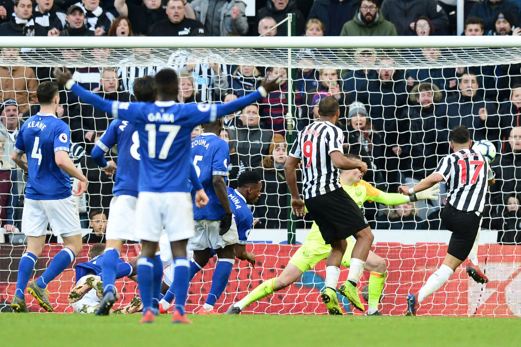 NEWCASTLE UPON TYNE, ENGLAND - MARCH 09: Ayoze Perez of Newcastle United scores his team's third goal during the Premier League match between Newcastle United and Everton FC at St. James Park on March 09, 2019 in Newcastle upon Tyne, United Kingdom. (Photo by Mark Runnacles/Getty Images)