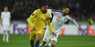 KIEV, UKRAINE - MARCH 14: Ruben Loftus-Cheek of Chelsea battles for possession with Tamas Kadar of Dynamo Kyiv during the UEFA Europa League Round of 16 Second Leg match between Dynamo Kyiv and Chelsea at NSC Olimpiyskiy Stadium on March 14, 2019 in Kiev, Ukraine. (Photo by Mike Hewitt/Getty Images)