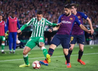 SEVILLE, SPAIN - MARCH 17: Luis Suarez of FC Barcelona duels for the ball with Cristian Tello of Real Betis Balompie during the La Liga match between Real Betis Balompie and FC Barcelona at Estadio Benito Villamarin on March 17, 2019 in Seville, Spain. (Photo by Aitor Alcalde/Getty Images)
