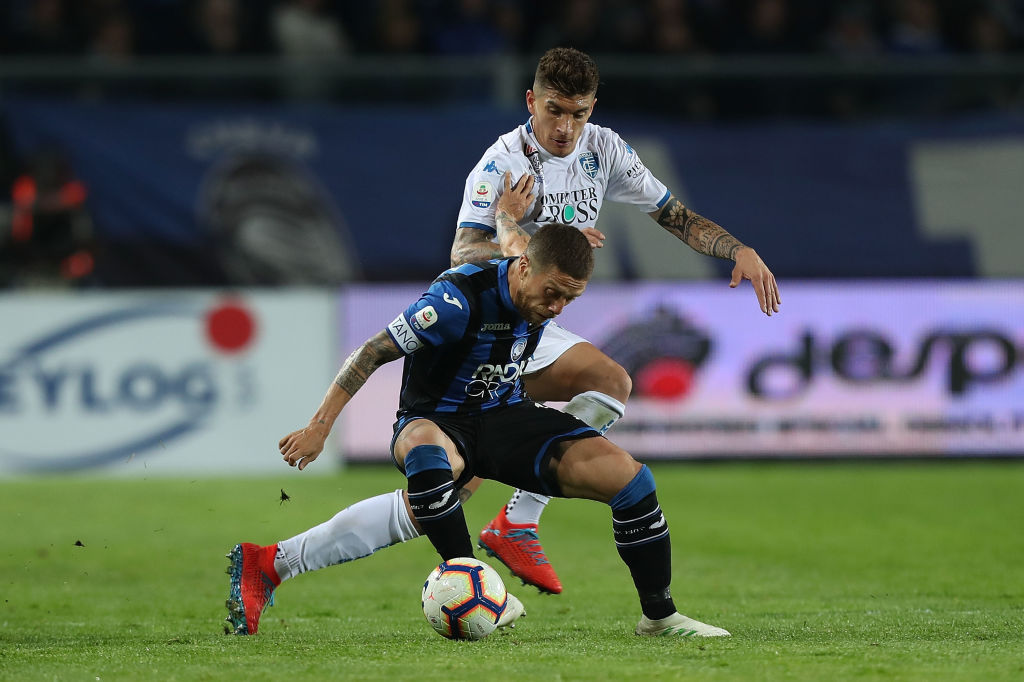 BERGAMO, ITALY - APRIL 15: Alejandro Gomez of Atalanta Bc battles for the ball with Giovanni Di Lorenzo of Empoli FC during the Serie A match between Atalanta BC and Empoli at Stadio Atleti Azzurri d'Italia on April 15, 2019 in Bergamo, Italy. (Photo by Gabriele Maltinti/Getty Images)