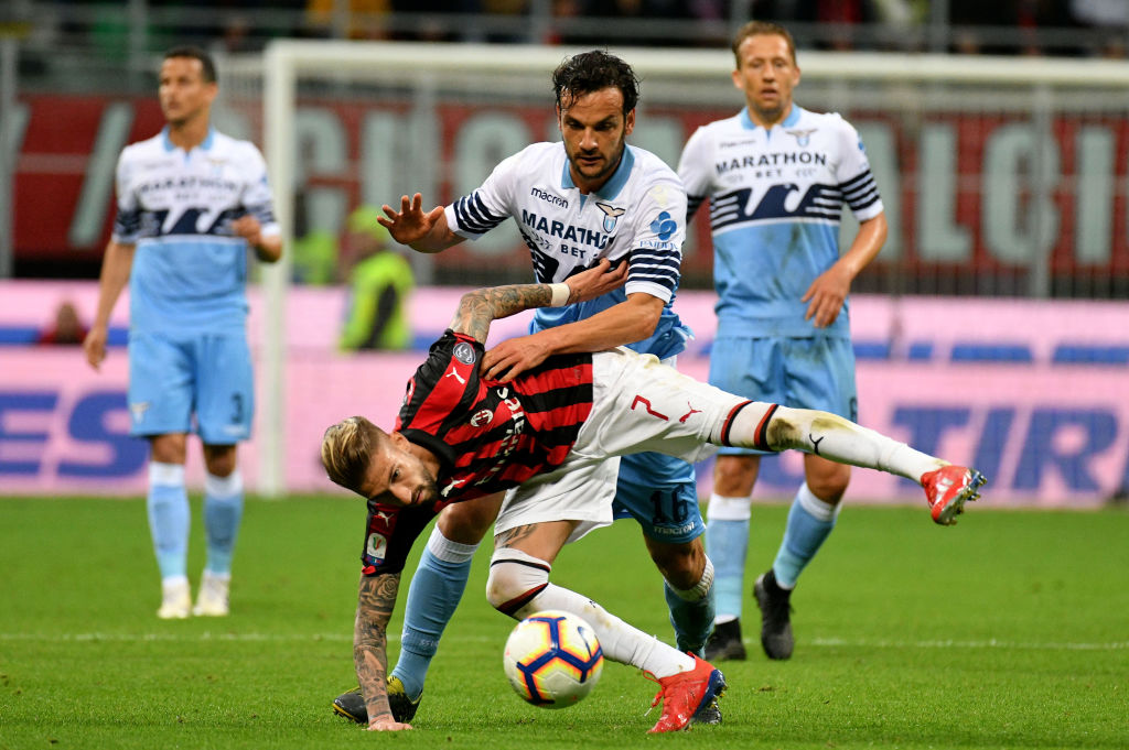 MILAN, ITALY - APRIL 24: Samuel Castillejo of AC Milan compete for the ball with Marco Parolo of SS Lazio during the TIM Cup match between AC Milan and SS Lazio at Stadio Giuseppe Meazza on April 24, 2019 in Milan, Italy. (Photo by Marco Rosi/Getty Images)