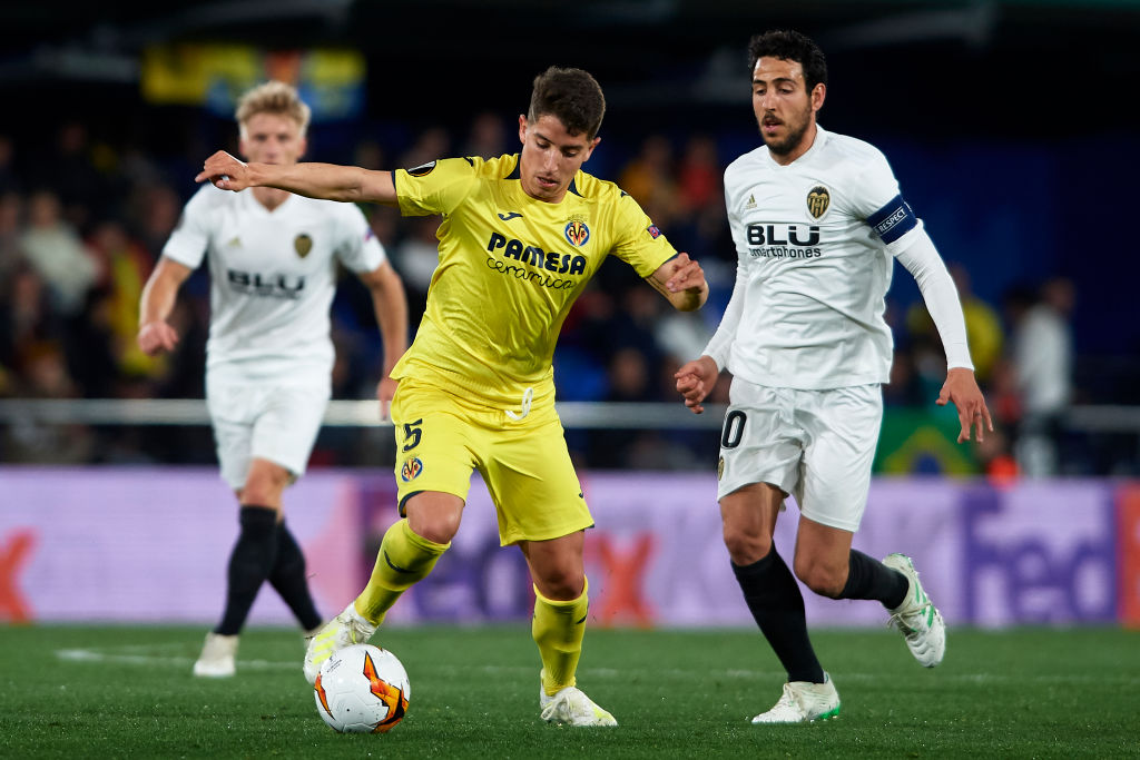 VILLAREAL, SPAIN - APRIL 11: Santiago Caseres of Villarreal CF competes for the ball with Daniel Parejo of Valencia CF during the UEFA Europa League Quarter Final First Leg match between Villarreal and Valencia at Estadio de la Ceramica on April 11, 2019 in Villareal, Spain. (Photo by Fotopress/Getty Images)