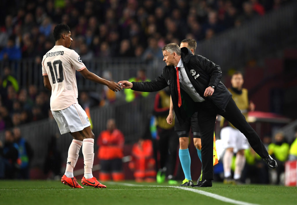 BARCELONA, SPAIN - APRIL 16: Ole Gunnar Solskjaer, Manager of Manchester United gives Marcus Rashford of Manchester United a piece of paper with instructions during the UEFA Champions League Quarter Final second leg match between FC Barcelona and Manchester United at Camp Nou on April 16, 2019 in Barcelona, Spain. (Photo by Matthias Hangst/Getty Images)