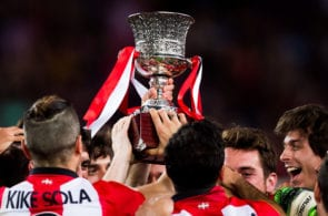 BARCELONA, SPAIN - AUGUST 17: Players of Athletic Club celebrate with the Spanish Super Cup trophy after the Spanish Super Cup second leg match between FC Barcelona and Athletic Club at Camp Nou on August 17, 2015 in Barcelona, Spain. (Photo by Alex Caparros/Getty Images)