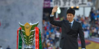 ABU DHABI, UNITED ARAB EMIRATES - FEBRUARY 01: Former South Korean international Park Ji-sung presents the trophy before the AFC Asian Cup final match between Japan and Qatar at Zayed Sports City Stadium on February 01, 2019 in Abu Dhabi, United Arab Emirates. (Photo by Koki Nagahama/Getty Images)