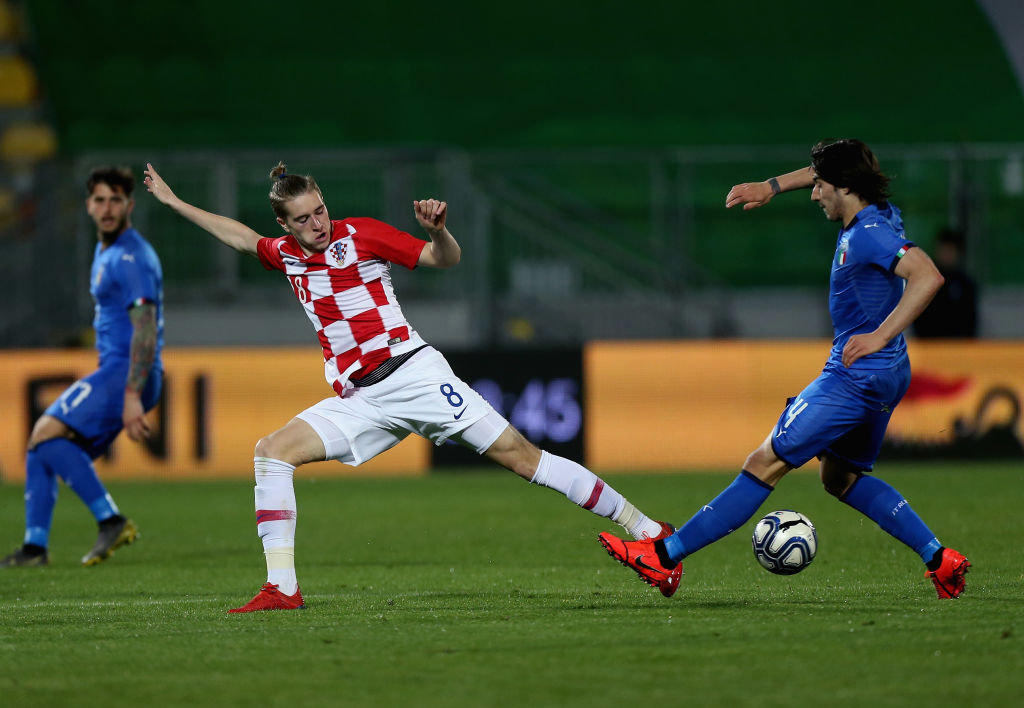 FROSINONE, ITALY - MARCH 25: Sandro Tonali of Italy U21 competes for the ball with Basic Toma of Croatia U21 during the International Friendly match between Italy U21 and Croatia U21 at Stadio Benito Stirpe on March 25, 2019 in Frosinone, Italy. (Photo by Paolo Bruno/Getty Images)