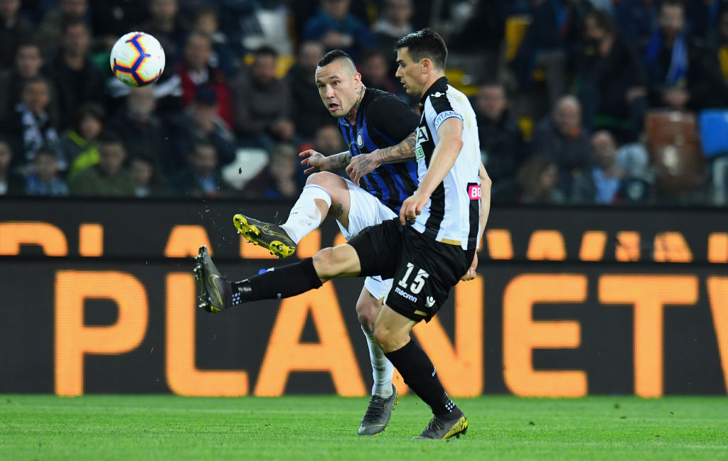 UDINE, ITALY - MAY 04: Radja Nainggolan of FC Internazionale competes for the ball with Kevin Lasagna of Udinese Calcio during the Serie A match between Udinese and FC Internazionale at Stadio Friuli on May 4, 2019 in Udine, Italy. (Photo by Alessandro Sabattini/Getty Images)