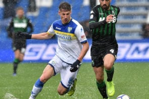 REGGIO NELL'EMILIA, ITALY - MAY 05: Andrea Pinamonti of Frosinone Calcio and Francesco Magnanelli of US Sassuolo in action during the Serie A match between US Sassuolo and Frosinone Calcio at Mapei Stadium - Citta' del Tricolore on May 5, 2019 in Reggio nell'Emilia, Italy. (Photo by Giuseppe Bellini/Getty Images)