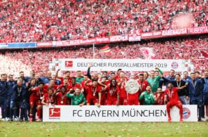 MUNICH, GERMANY - MAY 18: Arjen Robben of Bayern Munich and team mates celebrate with the trophy following the Bundesliga match between FC Bayern Muenchen and Eintracht Frankfurt at Allianz Arena on May 18, 2019 in Munich, Germany. (Photo by Adam Pretty/Bongarts/Getty Images)